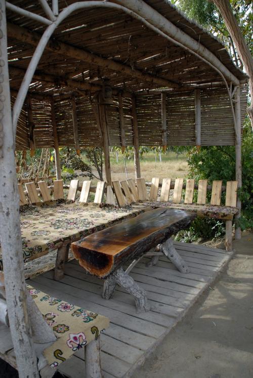 途中の葡萄棚回廊には、所々にこんな休憩所がありました。