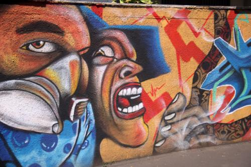 道端で見る芸術的な看板