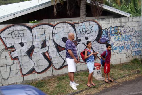 この島にも落書きがあった・・<br />通学バスを待つ親子たち