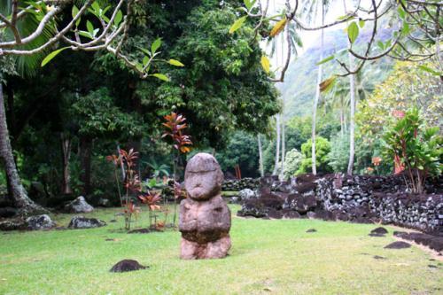 タヒチ島 アラフラフのマエラ。マラエとは神殿のことで、神聖な場所として様々な儀式が行われた。キリスト教の伝来とともにこれら土着の宗教は姿を消し、現在は遺跡として残っている。「ティキ」と呼ばれる石像はポリネシアの神様、魔除けとして崇められた。