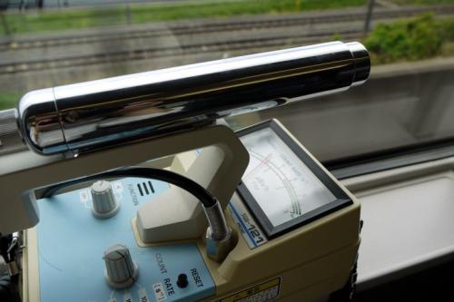 ガイガーカウンター(Aloka TGS-121)で車内の放射線量を測ってみます