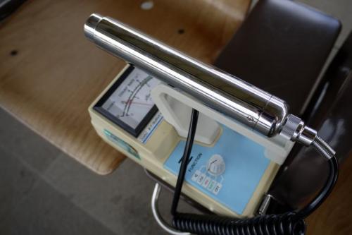 先ずは、ホームのベンチにガイガーカウンター(Aloka TGS-121)を置いて放射線量を測ります