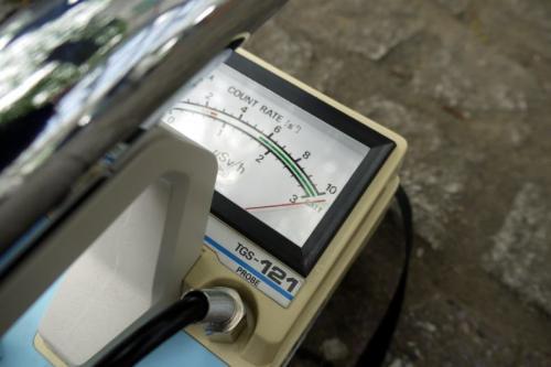 放射線量を示す針が振り切れています<br /><br />※検出器のキャップを外して測定しています