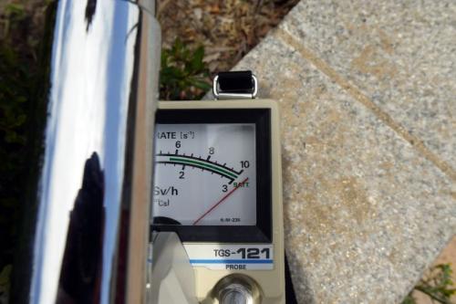 10CPSノッチでは当然のように針は振り切って<br /><br />※検出器のキャップを外して測定しています