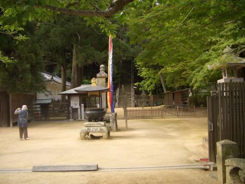 お寺の方が掃き掃除をされていました。