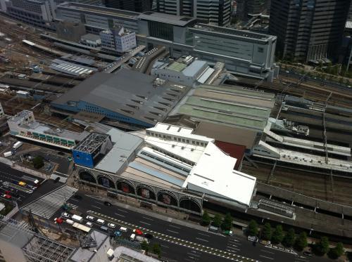 窓際から品川駅を眺める。<br />エキュートとかあってすごく広い気がしてたけど、上から眺めると大したことはない。<br />息子、新幹線を見てはしゃぐ。