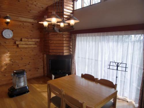コテージのリビング・ダイニングルーム(写真)。チェックインしてみたら大型のストーブが点火されており室内はかなり暖かくなっていた。