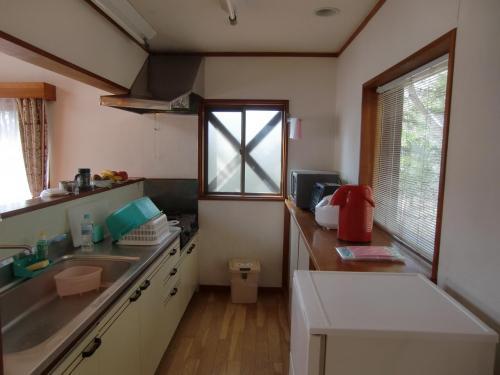 今回は6連泊とも自炊である。よって、広々としたキッチン(写真)は必需設備である。ここで朝食・夕食の準備をする。