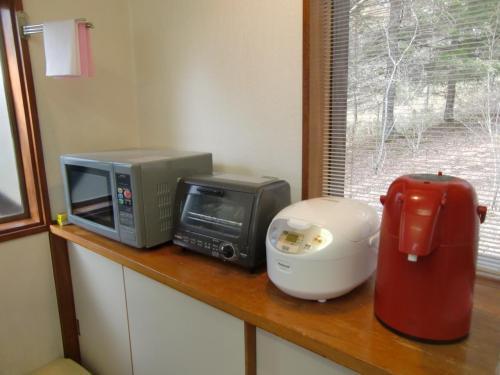 電子レンジ、トースター、炊飯器、ポット。その他、冷蔵庫。ただし、コーヒーメーカーはない。