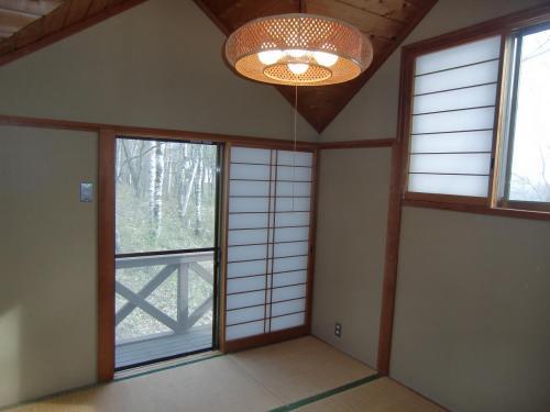 コテージ2階にある4畳半の和室(写真)は狭くて古い感じがする。