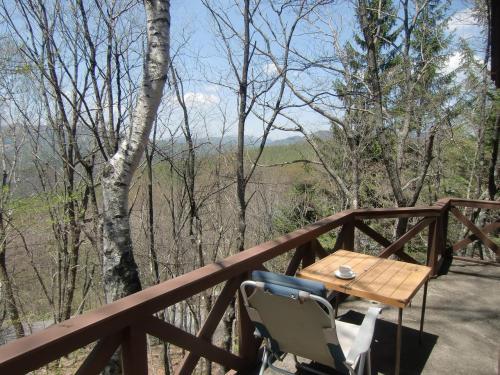キャンプ用の机・椅子(写真)を持参しバルコニーにセットする。これでコテージライフがアップする。