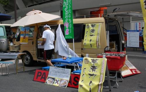 横浜スタジアムの周辺には、いろいろなお店が出ていました。