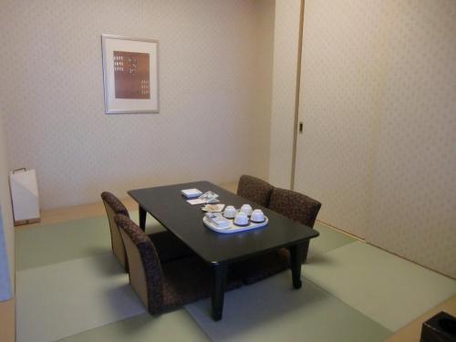 定員5名、客室面積44.6?の和洋室(写真)で夫婦2人で使うには十分の広さがある。これでもエクシブ鳴門で一番狭い部屋である。