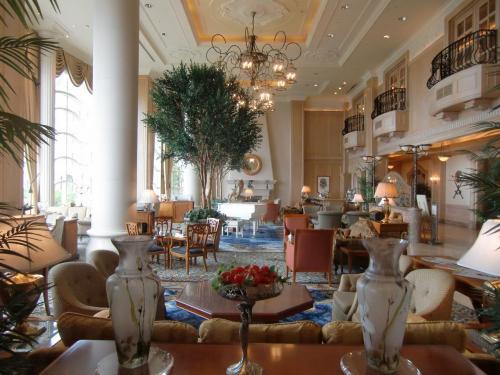 荷物を整理してからラウンジ「シーガル」(写真)に行く。ヨーロッパの宮殿の大型サロンのような雰囲気で非常にいい。