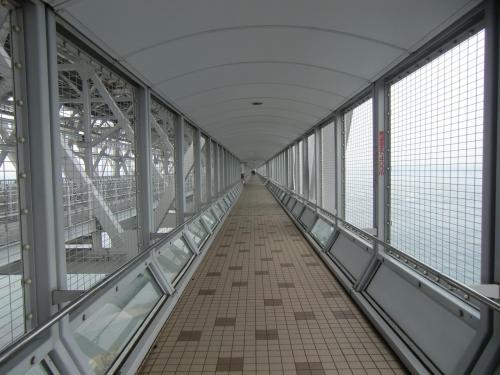 入場料(500円)を払って橋の下に作られた遊歩道(写真)を進む。この遊歩道は先端の展望室まで450m続く。