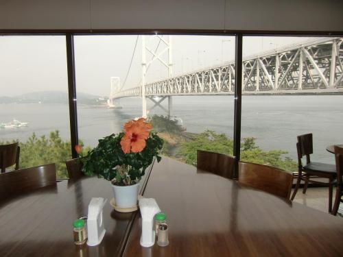 渦潮観光をしてから橋のたもとにある小さなレストラン「郷土料理:潮風」(写真)に入る。全面ガラス張りの窓から大鳴門橋が良く見える。
