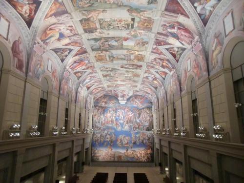 最初に訪れて驚嘆するのが地下3階にある『システィーナ礼拝堂天井画および壁画』(写真)である。ローマ市内にある独立国「ヴァティカン」にあるシスティーナ礼拝堂を忠実に復元されている。