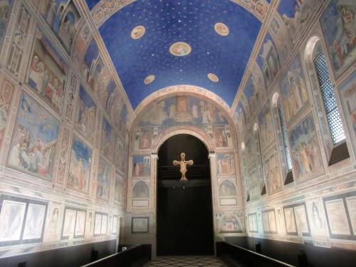北イタリアのパドヴァ市にある『スクロヴェーニ礼拝堂壁画』(写真)「聖母マリアの生涯」「キリストの生涯」などジェッドによる壁画で埋め尽くされている。ブルーの天井が印象的である。