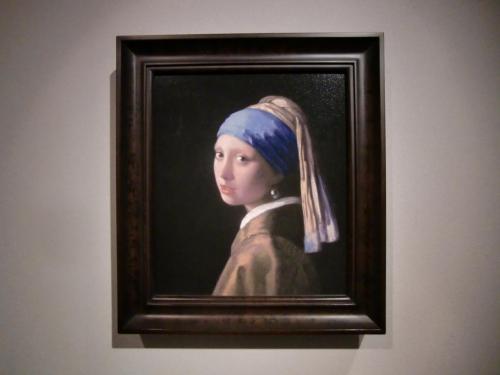 オランダのハーグのマウリッツハイス美術館にあるフェルメールの『真珠の耳飾りの少女(青いターバンの少女)』(写真)。「北のモナ・リザ」「オランダのモナ・リザ」と言われることもある。1665年頃制作<br /><br />