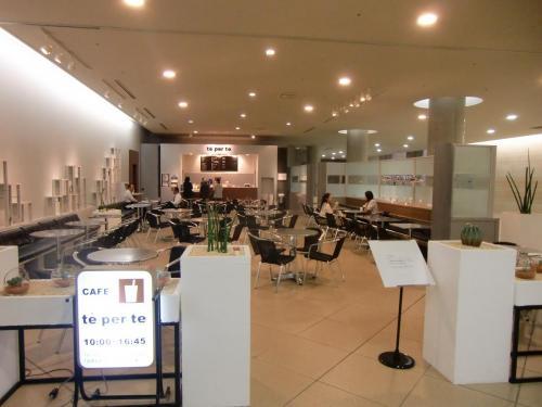 美術鑑賞とお勉強は疲れる。地下3階のシスティーナ礼拝堂の前にカフェ「テ・ペル・テ」(写真)がある。早くもコーヒータイム。営業時間10:00〜16:45