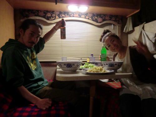 夕食はモーターホームの中で♪<br />ガスの火力もよく、ストレスなく料理できます。ホントに家そのもの。