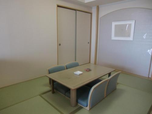 6畳の和室(写真)は荷物置き場になってしまう。夫婦2人で過ごすには十分の広さがある。