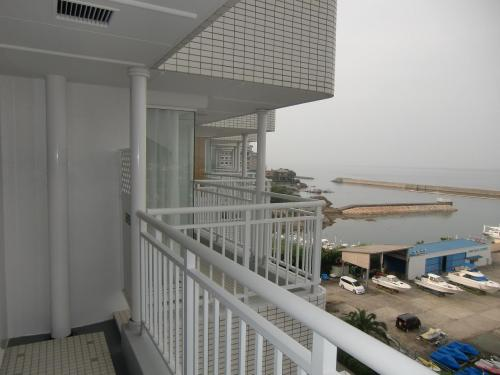 隣の部屋の先に海(写真)が見える。よって、パーシャル・オーシャンビューである。