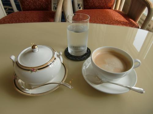 「豪華なラウンジでのティータイムと夜の生演奏」、エクシブ滞在の私の楽しみがない。残念だが、好きなカフェラテ(写真)を注文してコーヒータイムにする。うまい!