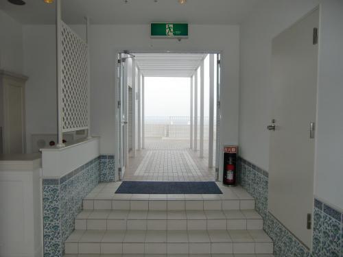 ホテル屋上にルーフガーデンプールがあるというので見学に行く。屋上へと続く廊下(写真)を通って外へ出る。