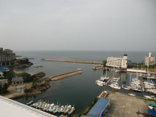 ルーフガーデンより海(写真)を眺める。左の建物は「ホテルニューアワジ」。洲本温泉随一のホテルらしい。