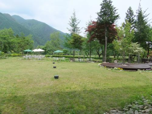 ラウンジからの風景。新緑がきれいです。<br /><br />こちらは会員制ではなく一般利用可能。<br />1泊2食で12000円くらいで宿泊できそうでした。<br /><br />お風呂がクローズだったので残念。<br /><br />夏に駒ケ岳へ登る際にぜひ泊まってみたいホテルです。