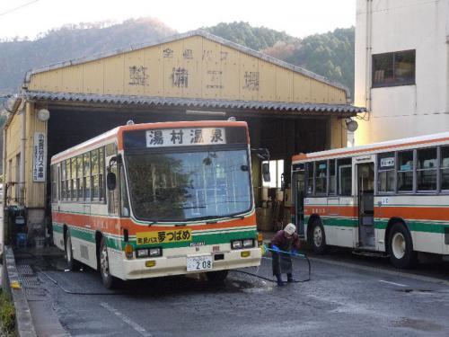 湯村温泉に着き、カングーを駐車場に停めると、路線バスのターミナルがあり、係員の方が路線バスを手で洗っていた。