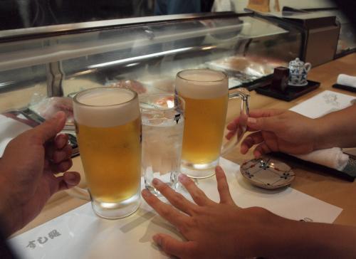 まずは、生ビールで乾杯〜。<br /><br />お誕生日、おめでとうございます♪<br /><br /><br />