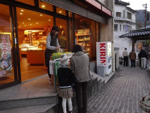 湯村温泉の売店には、ゆで卵用の卵が売られている。