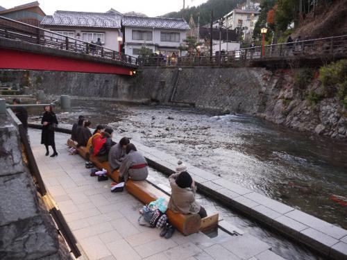河原でくつろぐたくさんの観光客。