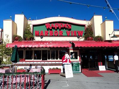 いつものようにまずは腹ごしらえの私達夫婦。<br />オールドフィーッシャーマンズワーフ内にあるこのお店。正直、どこも似たり寄ったりのアメリカンな味で、飛びぬけておいしいレストランは無いように思いますので、景色の楽しめるお店、と言うことでここに入りました。