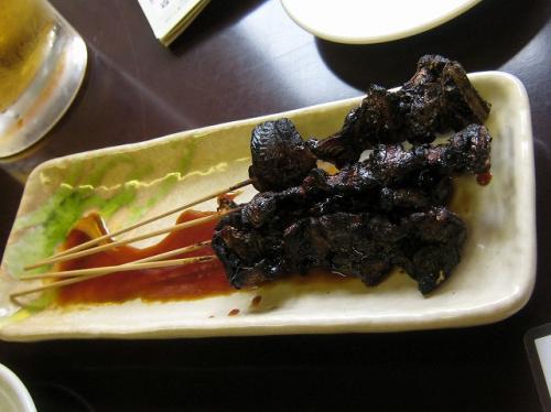 まずは「どじょうの串焼き」<br />お通しもシジミの佃煮<br />どちらも細かい良い仕事しています<br />