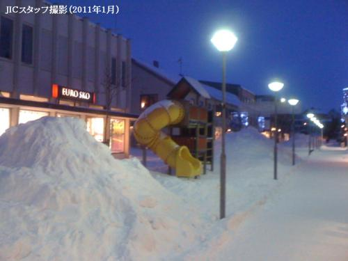 北ロシアと東ノルウェーを見るような旅を考えました。6人集まりました。1月21日(金)に飛行機でムールマンスクへ行き、1泊しました。22日の朝早くミニバンに乗って、ノルウェーの方へ出発しました。ムールマンスクを出たら、周りに何もないのか、見えないのか、よくわからない景色がありました。雪で真っ白でした。ミニバンの運転手によると、吹雪がひどい時、道が通れなくなることもあるようです。国境に近づいていくと、軍事施設がたくさん見えてきました。ソ連時代にNATO諸国の中で、ノルウェーだけと共同の国境があったからです。<br /><br /> 国境の近くに、ニケルとザポリャールヌイという2つの町がありました。ニケルにニケル工場があり、空気が汚かったです。30分行ったら、国境でした。ロシアの方は、ボリソグレブスクといいます。それを出たら、「Kingdom Of Norway」という看板があり、ノルウェーに入りました。別世界に入ったような感じでした。ニケルはソ連時代の5階建てのアパートビルで、ノルウェーの方のキルケネスという町は、快適な色の小さな家でした。<br /><br /> ノルウェー国境警備は聞きました。「何のためにキルケネスにいきますか。買い物ですか」。ムールマンスクのロシア人はよくキルケネスに買い物に行くからです。「違います。観光です。」〜「観光ですか?でも、キルケネスは小さな村なんですけど・・・」という返事でした。ロシア人はよくキルケネスに行きますが、逆にノルウェー人もロシアのムールマンスクに行きます。目的は、お酒を飲む、といううわさも聞きました。ノルウェーのアルコールコントロールは厳しいから・・・