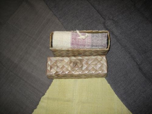 クメール伝統織物研究所で購入したカンボジアシルクのマフラーです。1枚80から100ドルでした。どれも、手編みのカゴに鳥の飾りを付けて入れられています。<br /> 天然色素で染めているためか、色合いは地味です。また、布の端もきれいにな直線になっていません。この感じが民芸だと知人に言われたものの、製品のレベルの低さに少しガッカリしました。<br /> ところが、日本に帰って首に巻いてみると、重厚でシットリとした独特の感触がありました。また、意外に暖かいため、冬のマフラーとして愛用するほど気に入ってしまいました。<br /> なお、クラタペッパーも此処で買えます。<br /> 今日は、晩飯が付いていないので、ブルーパンプキンに寄って、サンドイッチを買って帰りました。味は、完全にヨーロッパ風、値段も同様でした。
