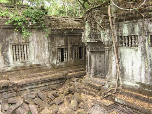 以下の5枚は内部の写真です。<br /> 観光客用に造られた歩道はありますが、ガイドは、崩れた石の上に登っていきます。