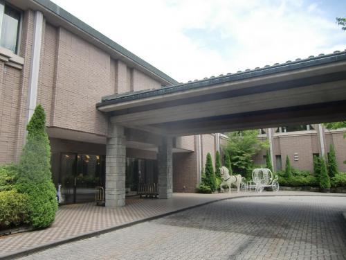 途中、軽い昼食をとって午後1時半頃にエクシブ軽井沢(写真)に到着する。