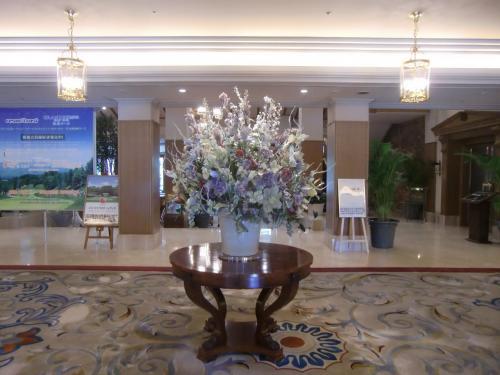 玄関のドアをくぐると大きな花(写真)が飾られている。<br />