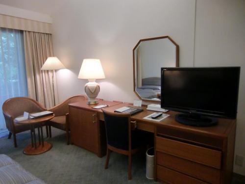 本日の部屋はスタンダードタイプの和洋室で、ルームチャージ10000円。この部屋に2泊する。写真:デスク周り<br />