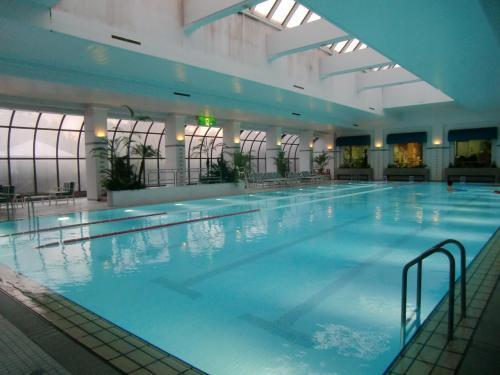 ひと汗かいた後はクールダウンのためにプール(写真)で軽く泳ぐ。ただし、時間帯によっては非常に込み合っているので時間差利用が必要である。<br />