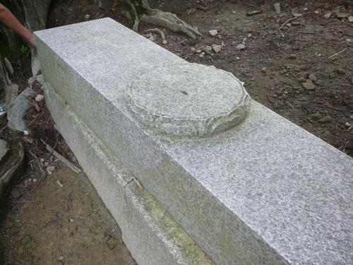 玉体杉の根元にある石、これは修行を積んだ阿闍梨(サンスクリット語・弟子たちに規範を教える師匠のこと)しか座れないのだそうです。