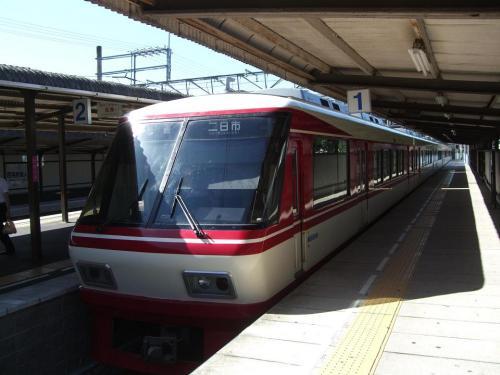 西鉄二日市で乗り換え、2駅だけこのきれいな列車に乗って、大宰府駅に到着。2駅だけなんてもったいない車両。