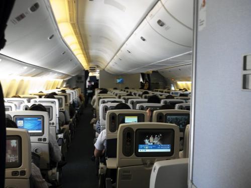 B777-300ERは新造機で、機内のレイアウトが2-4-3の配列になっています。ジャンボより1列少ない配列で、中央の4席も実際には2-2にイスが分かれています。<br /><br />シートピッチも39インチに少し拡張され、通路への出入りが少し楽にになっています。<br /><br />あと、エコノミークラスでも座席下にコンセントが装備されているので、パソコンの電源や携帯機器の充電にも使えます。