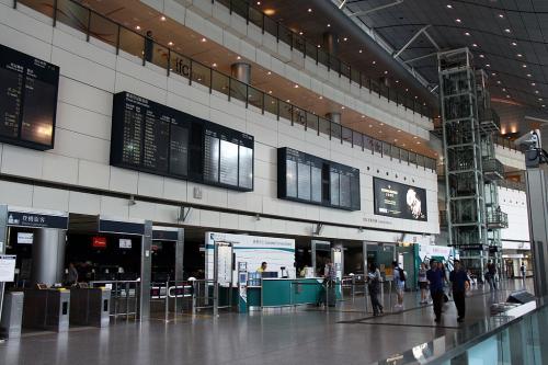 終点まで乗車し、まずは香港からチューリッヒまでのチェックインを済まします。ちゃんとAirportExpressの切符が無いと、チェックインカウンターエリアに入れないようになっているんですね。<br /><br />羽田で預けた荷物タグを見せて事前指定通りの搭乗券を貰い、これで後は、搭乗時間までに空港へ向かえばOKです。