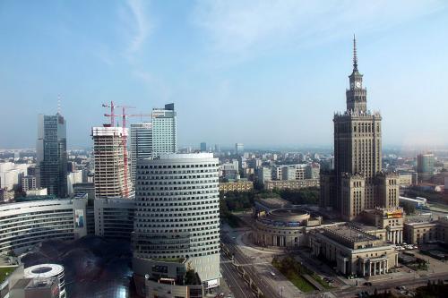 翌朝、目覚めてみと快晴。東側諸国時代の名残である文化科学宮殿が良く見えます。<br />高層ビルが立ち始めてきたワルシャワ市内ですが、この風貌は目立ちます。<br /><br />文化科学宮殿は建物の雰囲気といい東側諸国らしい建て方で、威厳を表しているのでしょうが、今になっては過去の遺産です。