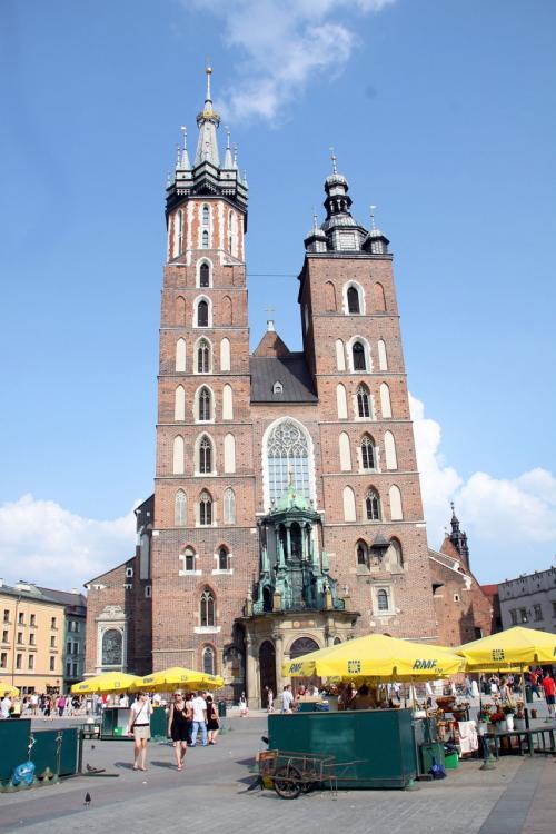 今日は、世界遺産に登録されている「クラクフの旧市街地」を観光します。<br /><br />観光シーズン真っ盛りなので、旧市街には多くの観光客で賑わっていました。<br />まずは中央市場広場に向かいシンボルでもある、聖マリア教会を眺めます。<br /><br />